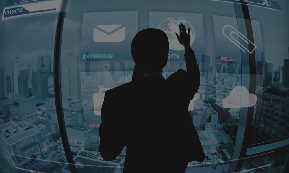 Donna con schermo touch sito Inthera