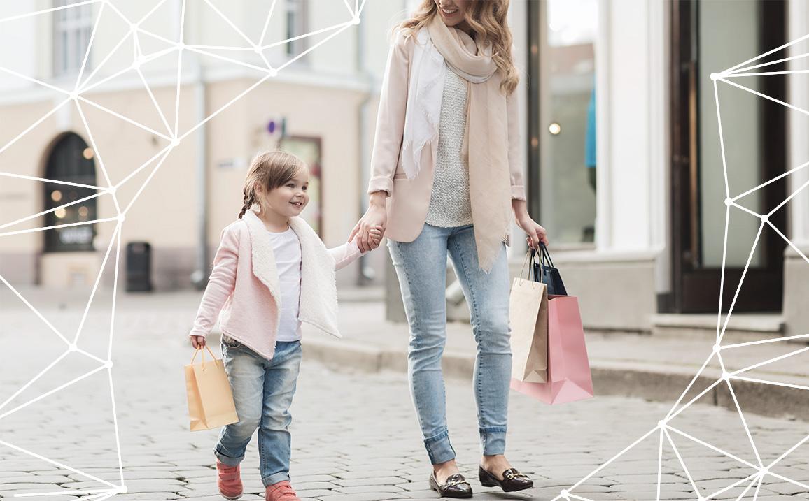 Mamma e bimba con prodotti per l'infanzia