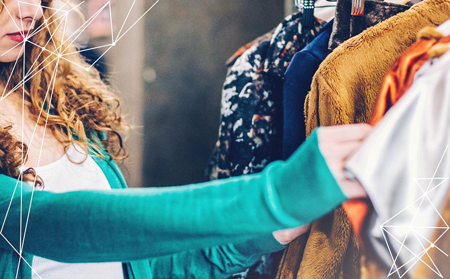 Donna che sceglie vestiti per i propri acquisti di abbigliamento