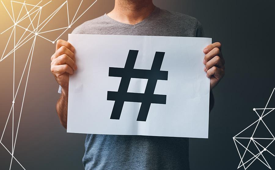 Uomo con cartello raffigurante il simbolo dell'hashtag su instagram