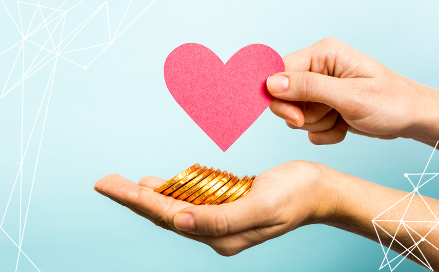 Mani che tengono un cuore e un gruzzolo di monete.