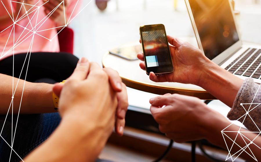 smartphone tenuto nella mano
