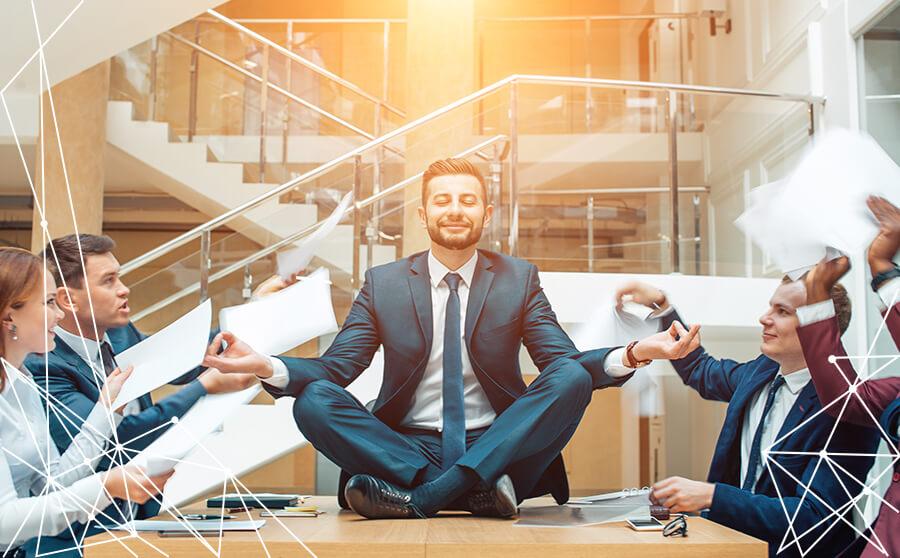 Persona in ufficio, sopra il tavolo con posizione yoga