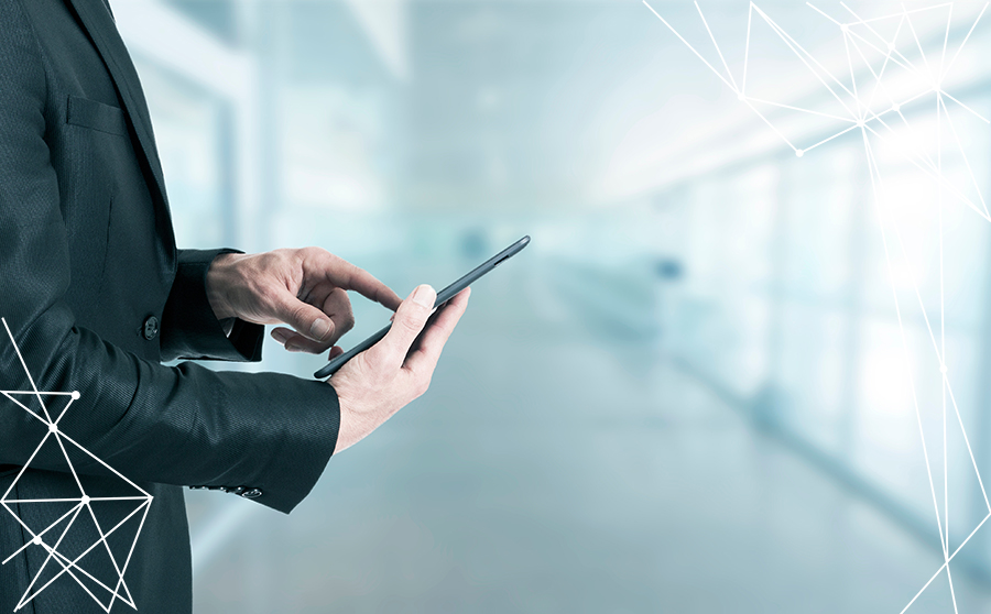 Uomo d'affari con smartphone nella mano