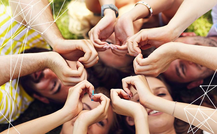 Gruppo di Millennials con le mani a formare un cuore