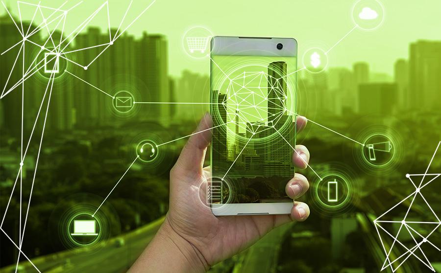 Mano tiene un cellulare per rappresentare i digital trends 2019